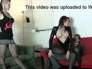 Goth chick en heet vriend ballbusting gezicht sitting lesbiennes