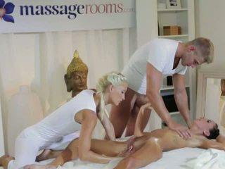 Karstās brunete uz trijatā ar masseurs pāris