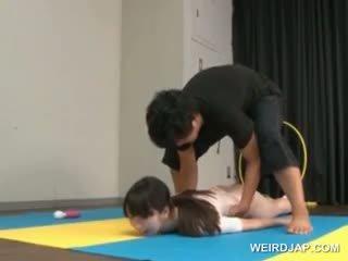 Asiática gymnast sucks coachs shaft enquanto treinamento