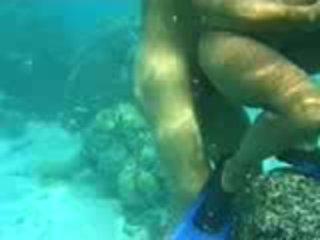 Pāris having zem ūdens sekss pie viņu vacations video