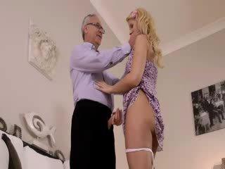 Super гаряча блонди дійсно gets смокче для старий jim на a диван
