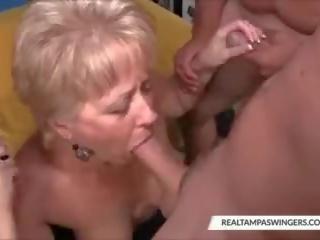 Hottie isteri-isteri lapar pada tiga cocks