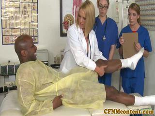Oděná žena nahý mužské nurses sání bbc před obličejový