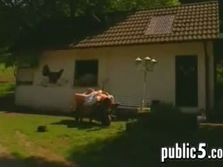 Alemana pareja en un granja follando
