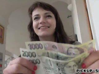 Eurobabe aimee ryan flashes haar klein tieten en geneukt voor cash