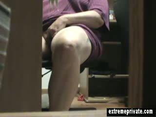 Mum przyłapani masturbacja pod the biurko