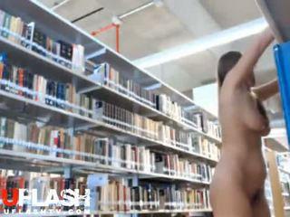Blondīne kails uz publisks bibliotēka amatieri pusaudze par vebkāmera