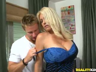 Charlee chase на oustanding tittied милф has направен любов от younger partner