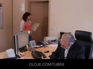 Jong gemeen assistant neuken haar oud baas