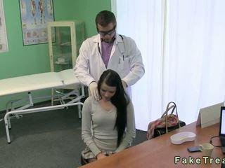 Lékař fucks horký bruneta pacient na jeho psací stůl