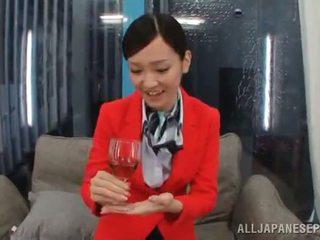 Oosters stewardess hebben gemaakt liefde groot onto een sofa