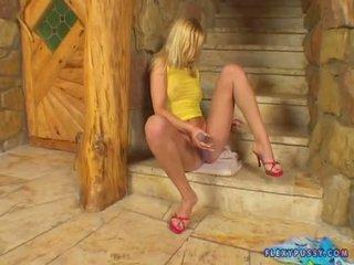Bitchy blondine yasmine gold fingers haar roze twat op de stairway