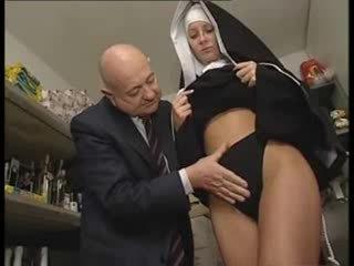 Italiensk latina nonne misbrukt av skitten gammel mann
