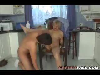 Tagad zīst jūsu dēls: bezmaksas reāls vecmāmiņa porno porno video 23