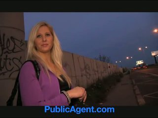 Publicagent curvy blondine accepts seks voor geld aanbod bij bus stoppen
