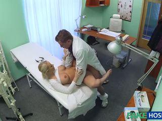 Tjekkisk blond med stor pupper wants til være en sykepleier