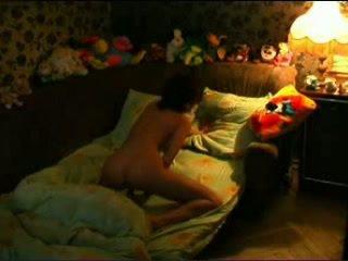 Tiener babe masturberen op de bed