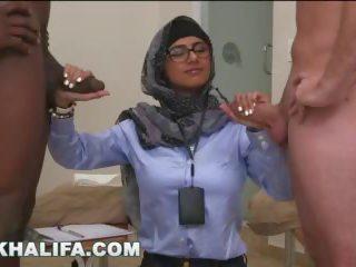 Arab mia khalifa compares besar hitam zakar/batang kepada putih zakar