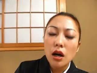 アジアの geisha masturbates 毛深い 女 とともに バイブレーター