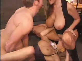 熱 kelly madison 和 michelle b gets 他們的 甜 的pussies hammered 硬