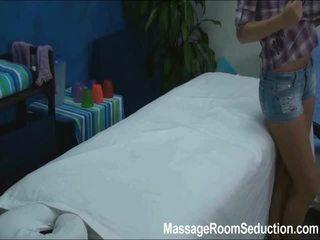 Cindy seduced en geneukt door haar massage therapist op verborgen camera