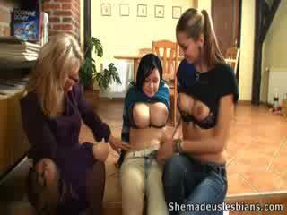 Valery, mary un viņu skolotāja masturbate par steps.