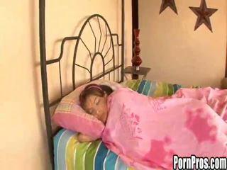 Karstās jauns mazulīte violated uz miegs