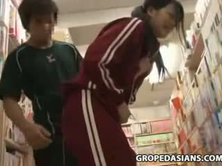 Сором'язлива школа підліток обмацана в bookstore