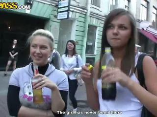 Sensuous drunken sweeties expose hun tushes en tieten bij de party