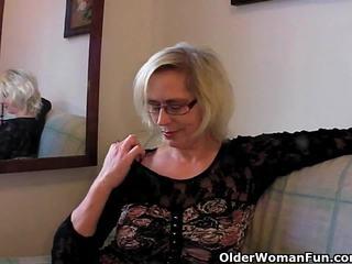 Perverted grannyen pushes henne fist upp henne gammal cunt