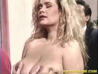 Buah dada besar gadis di dalam itu seks bertiga