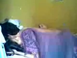 Indonésia romantic jovem grávida casal fazer amor em quarto