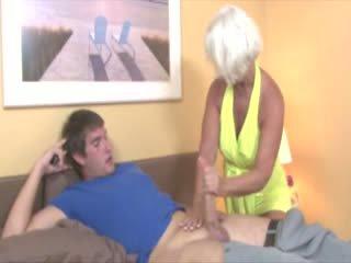 Vecmāmiņa gets spermas izšāviens no dzimumloceklis un loves tas