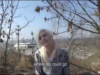 Tsjechisch slet drenched in publiek voor geld