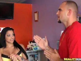 Jauns un krūtainas latina salesgirl abella anderson