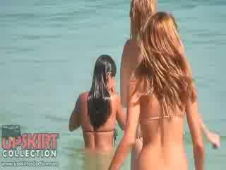 De cutie dolls in sexy bikinis are spelen met de waves en getting spied op