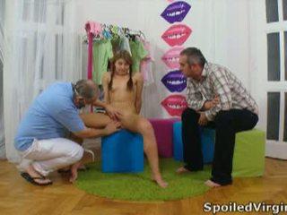 Spoiled virgins: venäläinen tyttö has hänen nuori virgin pillua checked.