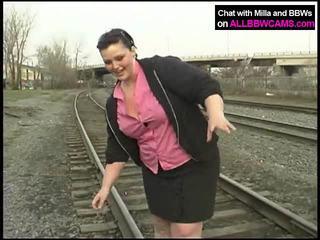 脂肪 公主 gets 裸体 上 railway