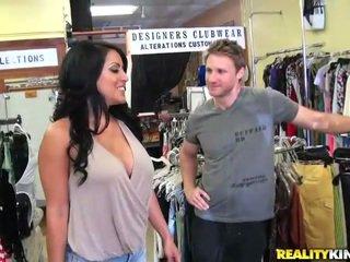 セクシー と ボインの belle kiara ライディング a pecker