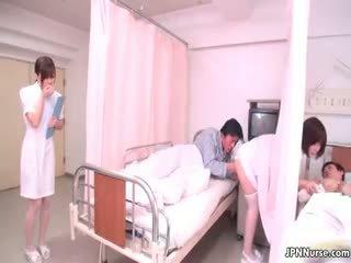 Klein japans verpleegster giving een pijpen part4