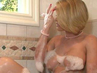 Lascivious skaistule krissy lynn pleasures viņai twat iwth viņai fingers uz the vannas istaba tub