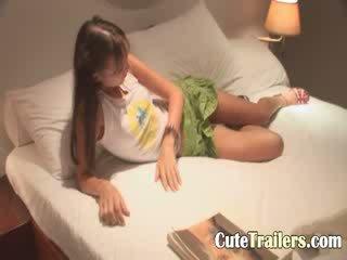 Anorectic mergaitė cums prieš a miegas