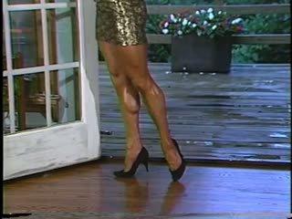 Joanne mccartney shows no viņai pārsteidzošās kājas uz īss svārki