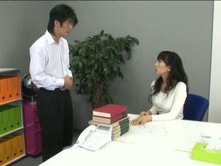 Aziāti birojs meitene uz zeķbikses un viņai coworker