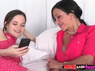Kiva äiti ja hänen tytär licking kukin muut