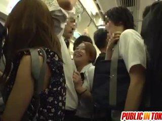 Mekdep gyzy gives a el bilen işlemek on the awtobus