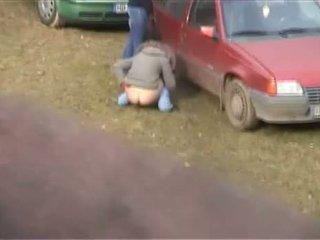 Meitene noķerti urinējošas ārā - jauks pakaļa