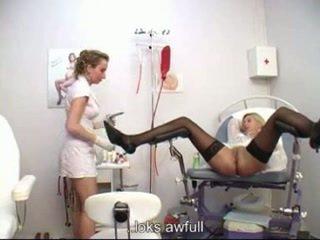 Ginecologista examining