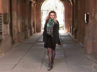 Ukraiņu meitene pozējošas uz zeķe