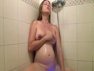 Preggo slet showers en fingers